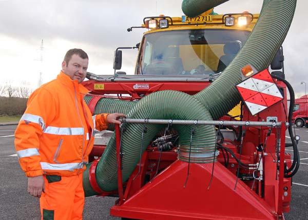 Arkils Unimog med sugeanlæg er resultatet af smarte og praktiske løsninger. Chauffør Karsten Nissen har selv udbygget med en rive, der kan få fat i eventuelt fastsiddende affald.