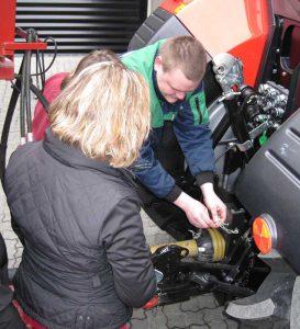 """Nærhed med forhandlere og kunder giver mange muligheder. Billedet er fra kurset """"Kvinde kend din traktor""""."""