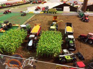 Mosegaarden Modeltraktorklub etablerer en speciel udstilling på Agromek i anledning af, at det er 40. gang, der holdes Agromek. Her ses en del af modellandskaberne i klublokalet. Foto: Agromek